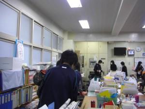 職員室で打ち合わせをする本校職員と学生のみなさん(8:00)
