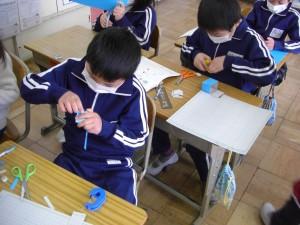 長方形や正方形を組み合わせて箱をつくる子どもたち