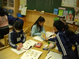 本や国語辞典を活用して学ぶ子どもたち(11:00)