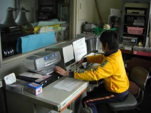 機器を操作しアナウンスを行う放送委員の6年生(8:05)