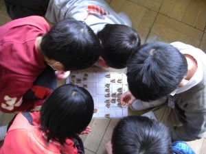 将棋で楽しむ3年生の子どもたち(13:15)