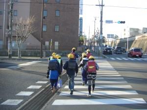 鹿島高北交差点を渡って学校へ向かう子どもたち(7:30)