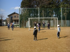 1年男子対6年女子のサッカーです(10:20)