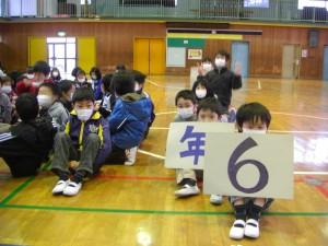 プラカードや楽器を手に練習開始を待つ2年生(8:35)