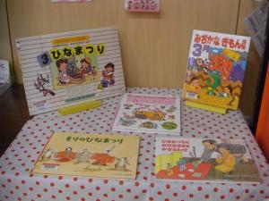 図書館では,3月(弥生)に関する本が展示されています。(10:25)