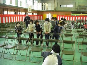 椅子をきれいに並べる本校職員と子どもたち(15:00)