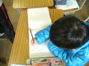 漢字ドリルで自主学習をする男の子(8:00)