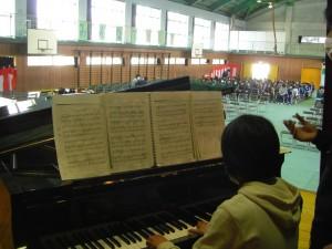 2校時休み時間 ステージでピアノの練習をする本校児童(10:20)