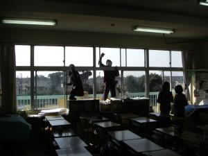 教室の窓をきれいにする6年生(9:40)