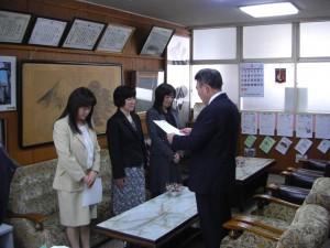 校長先生から異動する職員に辞令が伝達されました(14:00)