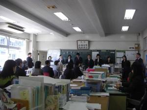 職員会議のひとこま 本年度本校に赴任した職員の紹介です(9:10)