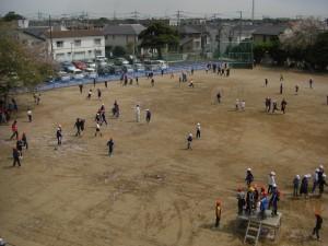 グラウンドで遊ぶ子どもたち(13:05)