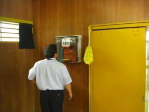 体育館アリーナ入り口左側にAEDが設置されました
