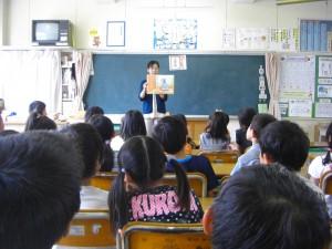 交流読書 先生の紙芝居を集中して聞く2年生の子どもたち(8:15)