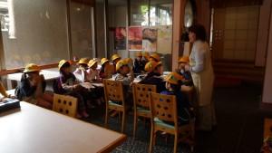 大町通りの日本料理店でインタビューする子どもたち(11:00)