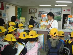 鹿島神宮前郵便局で局長さんにインタビューする子どもたち(9:15)