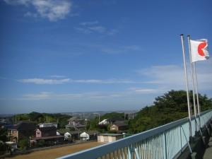 新館校舎屋上から西方向の様子・・・青空がとてもきれいですね(7:10)