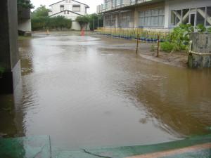 朝の大雨で,中庭は一時水浸しになりました。(8:05)