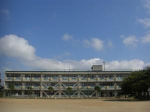 今朝の鹿島小 青空がとてもきれいですね(7:50)
