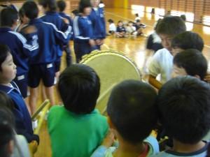 太鼓の体験をする子どもたち(13:25)