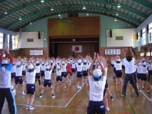 元気なかけ声とともにダンス体操をする子どもたち(10:25)
