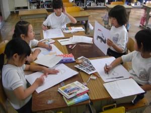 紙芝居形式で資料を作る子どもたち(11:35)