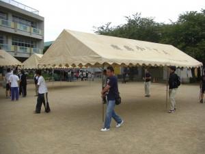テントの準備をする役員のみなさん(14:30)