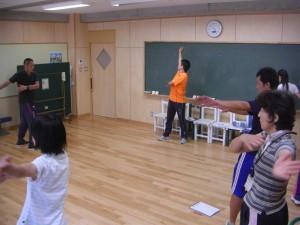 額に汗を光らせながら踊り続ける本校職員(17:00)