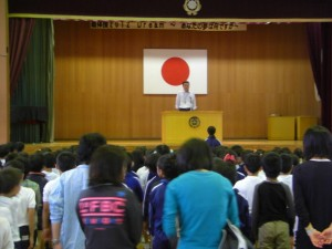 校長先生と朝のあいさつで朝会が始まります 「おはようございます」子どもたちの元気な声が体育館いっぱいに響き渡りました(8:10)