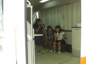 ランドルト環を手に視覚検査を受ける子どもたち(10:45)