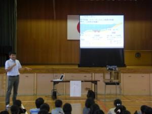 二枚貝の進化についての講話を行う廣木先生(9:40)
