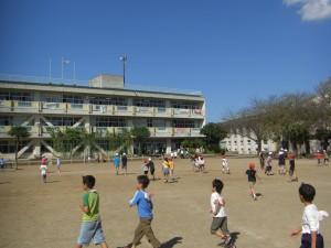 グラウンドで元気よく遊ぶ子どもたち(13:20)