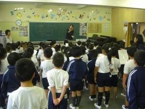 音楽主任の先生のアドバイスを受けながら合唱の練習をする1年生(8:15)