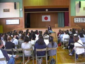 新入生の生活について説明する1学年主任(15:00)