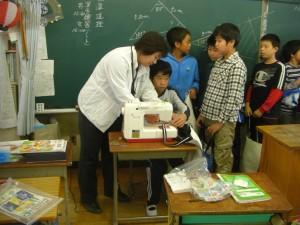 先生のアドバイスをいただきながらミシンを操作する子どもたち(10:15)