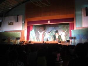 ミュージカル「ききみみずきん」のひとこま  子どもたちから自然と手拍子がわき上がりました。\\