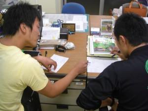 いろいろなアイディアを出し合いながら話し合いを進める本校職員(18:50)