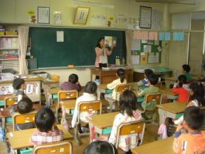 1年生担任の先生のかみしばいを真剣に聞く子どもたち(8:10)