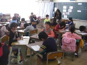 3年算数 3人グループで小数について学び合いをする子どもたち