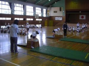 2年学年体育 跳び箱を使った運動遊びをする子どもたち