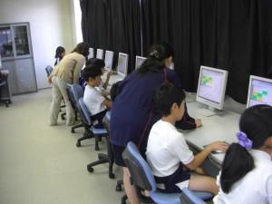 ICTの授業で子どもたちにアドバイス(11:00)