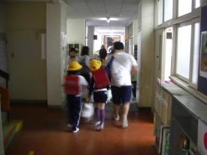 帰りの会が終わり子どもたちと一緒に昇降口に向かう学生さん(14:50)