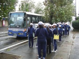 バスに乗車する5年生(8:20)
