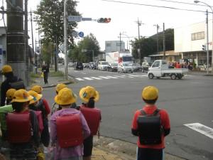 鹿島小前交差点・・・学校へと向かう子どもたち(7:45)