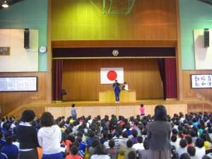 読書感想文コンクールで表彰を受ける6年生(8:15)