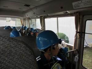 バスから工場内を見学する子どもたち 工場内に敷設された線路の総延長は約50kmだそうです。\\