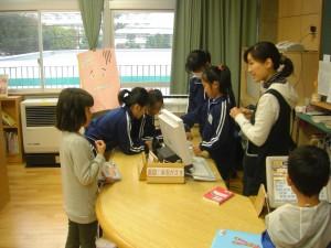 学校図書館で本を借りる子どもたち(10:25)