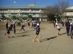 担任の先生と一緒にドッジボールをする子どもたち(13:20)