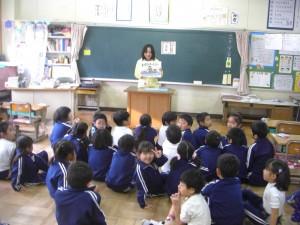 1年生の教室 紙芝居の読み聞かせ(8:15)