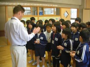 カードを見て すばやく月や季節を英語で話す子どもたち(15:10)